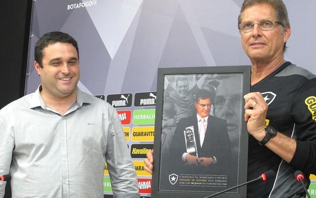 Oswaldo recebe homenagem pelos 100 jogos como técnico do Botafogo (Foto: Thales soares)