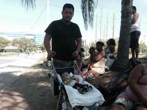 Carlos Alessandro, 34 anos, aguarda autoridades com o filho de dois meses. (Foto: Matheus Rodrigues / G1)