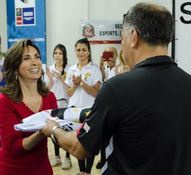 Dárcy Vera, prefeita de Ribeirão Preto, recebe a bandeira dos Jogos Abertos (Foto: Luís Germano / Divulgação JAIs)