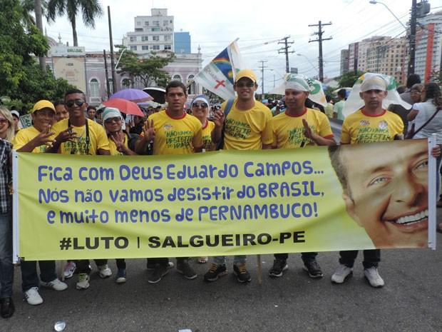 Caravana com 50 pessoas de Salgueiro enfrentou sete horas de estrada até chegar ao Centro do Recife.  (Foto: Renan Holanda / G1)