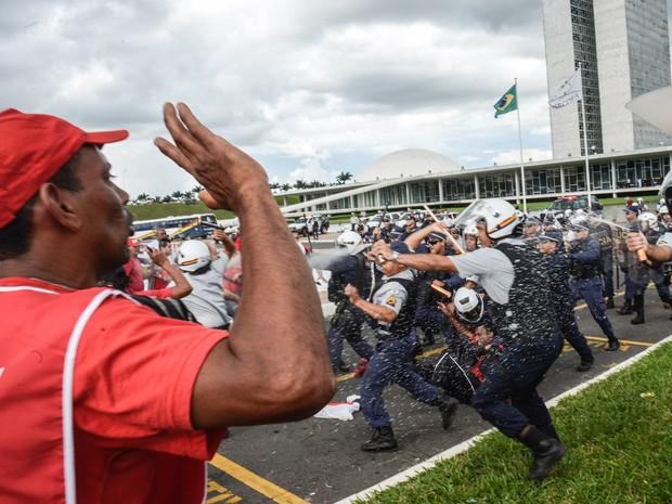 Policiais militares jogam spray de pimenta em manifestantes em frente ao Congresso Nacional, em Brasília (Foto: Wilson Dias/Agência Brasil)