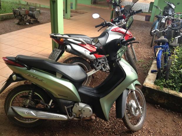 Os policiais encontraram as motos após denúncia anônima informando onde elas estavam. (Foto: Junior Freitas/G1)