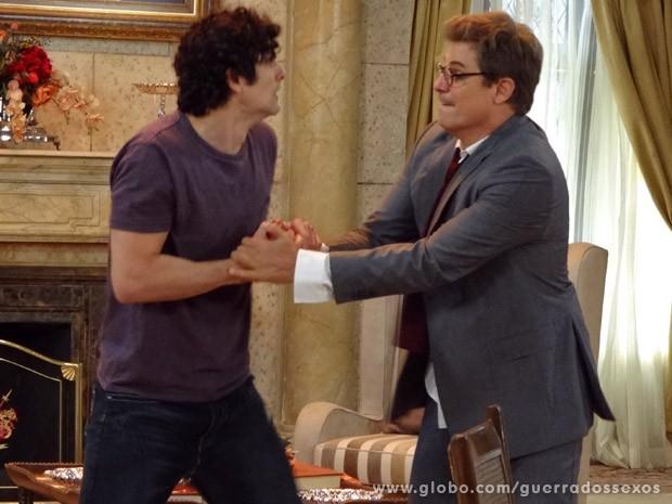 Nando e Felipe disputam por bonequinha (Foto: Guerra dos Sexos / TV Globo)