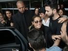 Maite Perroni desembarca no Rio e é cercada por fãs no aeroporto