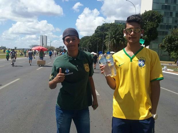 Gustavo dos Santos e Alessandro Marques, que vendem água na Esplanada dos Ministérios durante ato pró-impeachment (Foto: Bárbara Nascimento/G1)