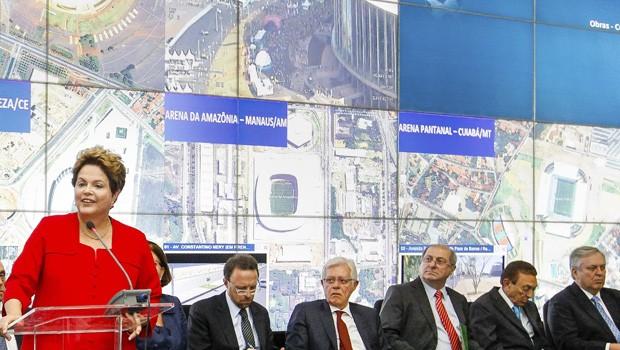 Ao lado de 17 ministros, Dilma faz balanço sobre a organização da Copa do Mundo (Foto: Roberto Stuckert Filho/PR)