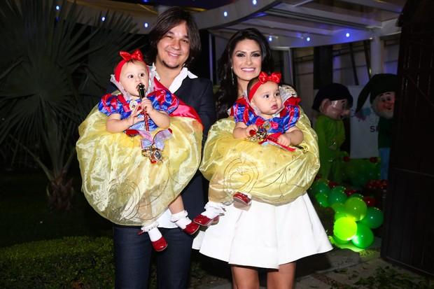 Natália Guimarães com o marido Kiko e as filhas (Foto: Manuela Scarpa e Marcos Ribas/Photo Rio News)
