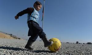 Messi vai encontrar menino afegão fotografado com camisa de plástico