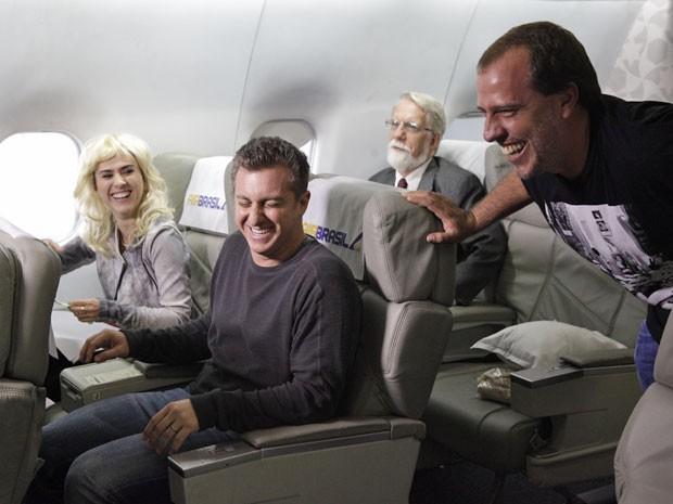 Huck , Tatá e o diretor André Felipe Binder não seguram o riso (Foto: Amor à Vida/TV Globo)