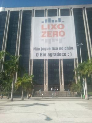 Cartaz foi colocado na frente da Prefeitura do Rio  (Foto: Renata Soares / G1)