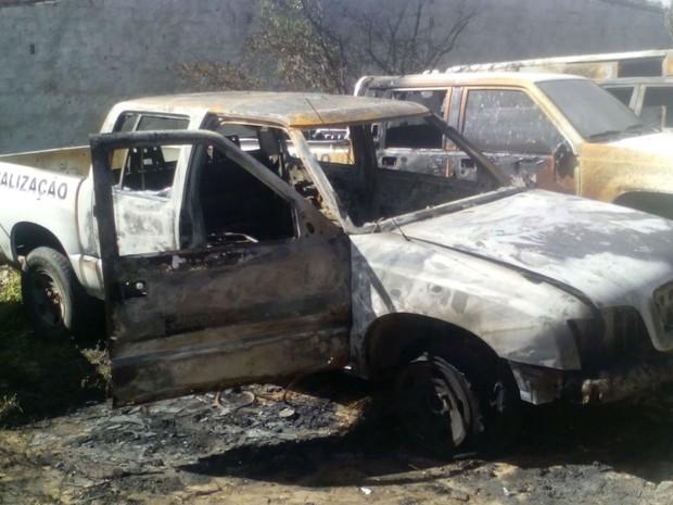 Carros do DER foram alvo de ataque em Felipe Camarão, bairro de Natal (Foto: Carlos Lima/G1)