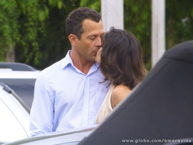 Aline volta a tascar um beijo na boca de Bruno (Foto: Amor à Vida/TV Globo)