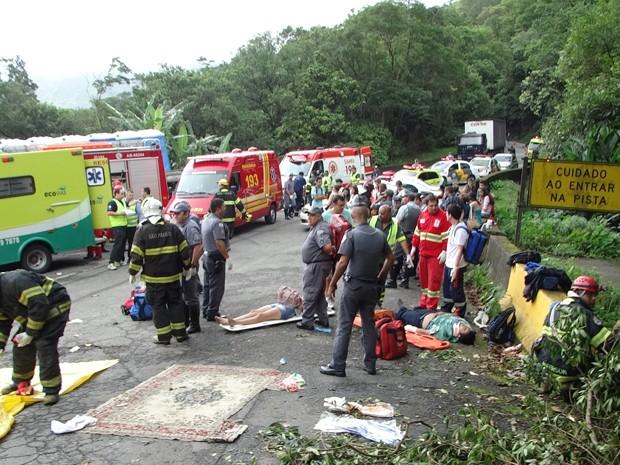 Vítimas do acidente são atendidas na rodovia Anchieta (Foto: Roberto Strauss/G1)