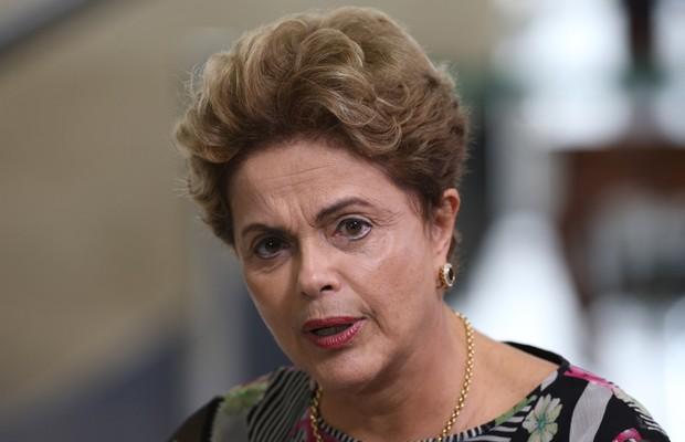 Dilma: governo está preocupado com alta do dólar, mas reservas impedem problema com o câmbio