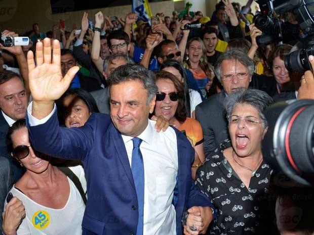Aécio é recepcionado por simpatizantes em sua volta ao Congresso (Foto: Wilson Dias / Agência Brasil)