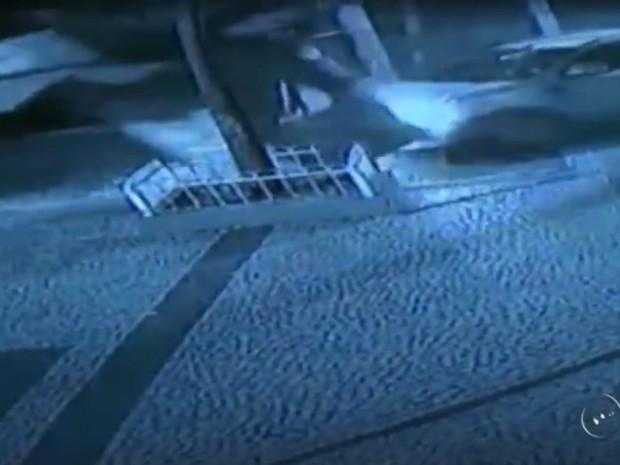 Momento em que o veículo acerta a cabine (Foto: Reprodução / TV TEM)