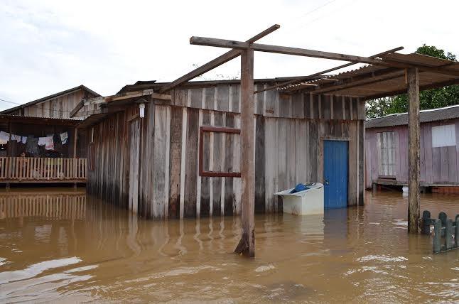 Casas sobre palafitas também foram tomadas pela água do Rio Machado, em Cacoal, RO (Foto: Fernanda Bonilha/G1)