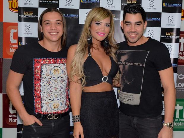 Geisy Arruda com os cantores Wesley Safadão e Gabriel Diniz em show em São Paulo (Foto: Caio Duran e Cibele Nascimento/ CDC Shows e Eventos/ Divulgação)