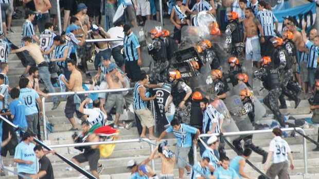 Torcida do Grêmio briga na inauguração da arena (Foto: Diego Guichard/GLOBOESPORTE.COM)