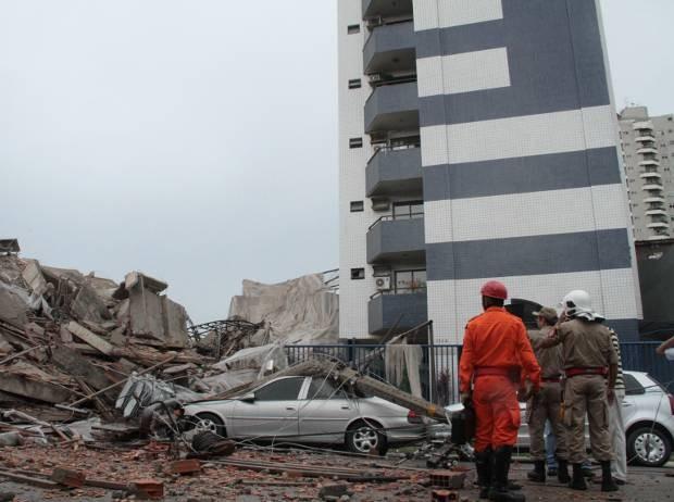 Prédio vizinho ao Real Class foi atingido pelos escombros. (Foto: Ary Sousa/ O Liberal)