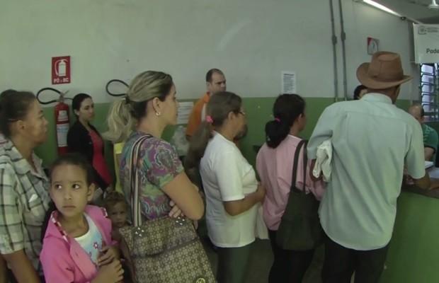 População enfrenta filas em unidades de saúde em busca de vacina contra H1N1, em Goiânia, Goiás (Foto: Reprodução/TV Anhanguera)