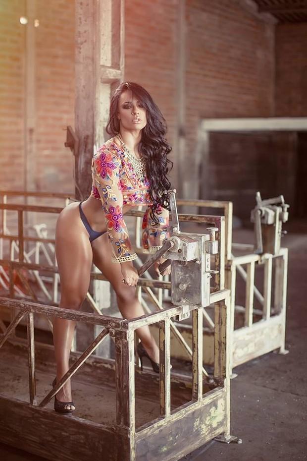 Sue Lasmar posa para ensaio sensual em galpão (Foto: Samuel Melim/Divulgação)