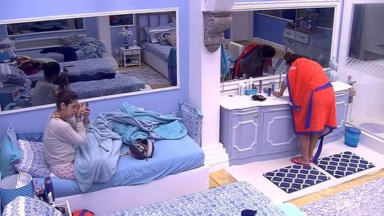 Vivian faz a sobrancelha e Ieda escova os dentes
