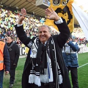 Zico cheio de cachecóis no pescoço é ovacionado pela torcida do Udinese na Dacia Arena (Foto: Reprodução de Twitter)