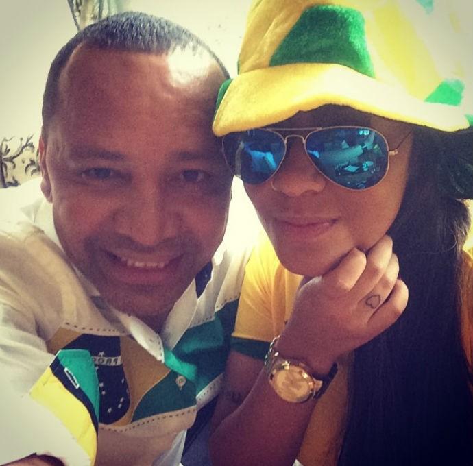 Neymar pai e Rafaella Beckran preparados para torcer pelo atacante (Foto: Reprodução/Instagram)