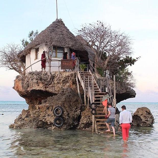 Um restaurante cercado pelo mar