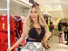 Adriana Sant'Anna posa decotada em evento de moda em São Paulo