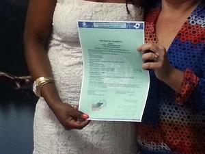 certidão do primeiro casamento homoafetivo de Divinópolis, MG (Foto: Marina Alves)