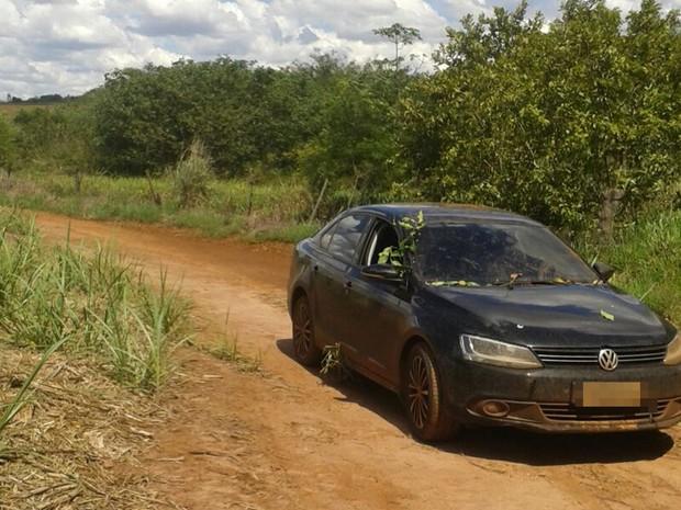 Carro foi encontrado abandonado em Pontes Gestal (Foto: regiaonoroeste.com)