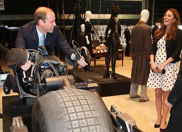 Kate ri ao ver o marido testar uma das máquinas em exposicão (Foto: Getty Images)