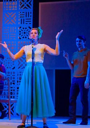 Andrea Veiga como uma cantora de boates (Foto: Silvana Marques)