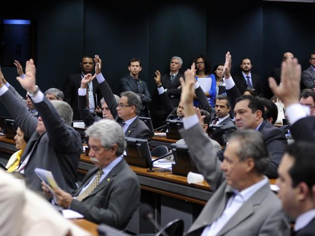 Antes de fazer votação no painel eletrônico, deputados da comissão especial haviam aprovado a PEC do teto de gastos em votação simbólica (Foto: Lucio Bernardo Jr. / Câmara dos Deputados)