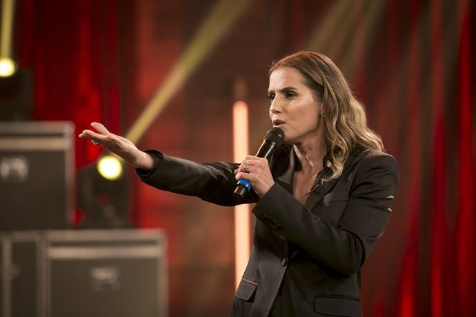 Deborah Secco se joga no karaokê no 'Adnight' e brinca: 'Ivete aprendeu comigo   adnight tv