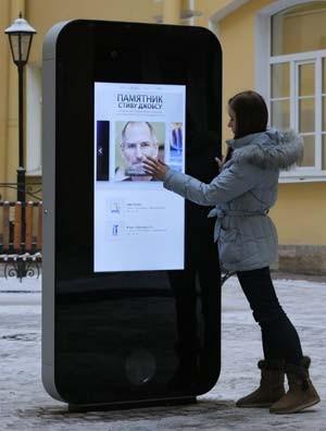 Foto de janeiro de 2013 mostra monumento erguido em São Petersburgo em homenagem a Setev Jobs (Foto: Foto de AP/Dmitry Lovetsky, arquivo)