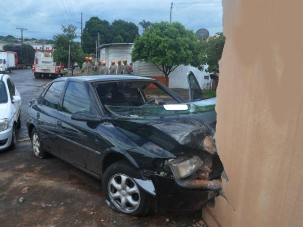 Carro bate e derruba muro de casa em bairro de Campo Grande (Foto: Priscilla dos Santos/G1 MS)