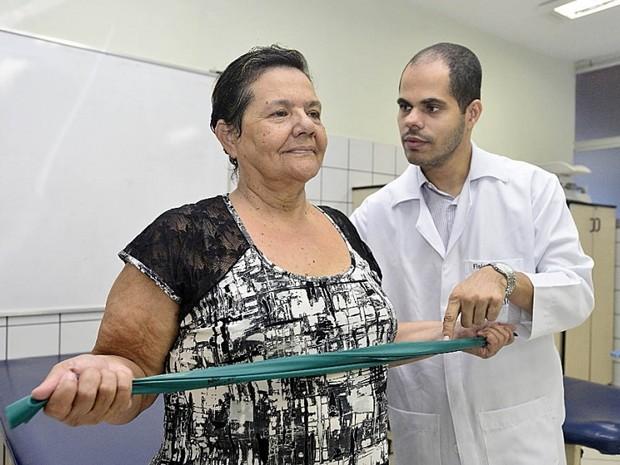 Edna aproveita o atendimento gratuito de fisioterapia de faculdade do Espírito Santo (Foto: Bernardo Coutinho/ A Gazeta)