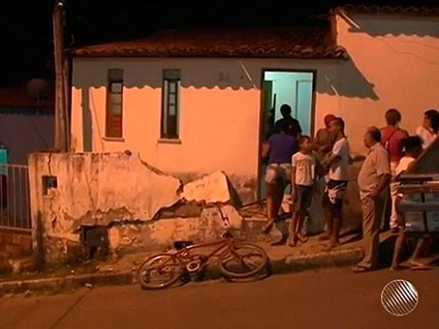 Crianças brincavam no quintal de casa, quando caminhonete invadiu residência (Foto: Imagens / TV Bahia)