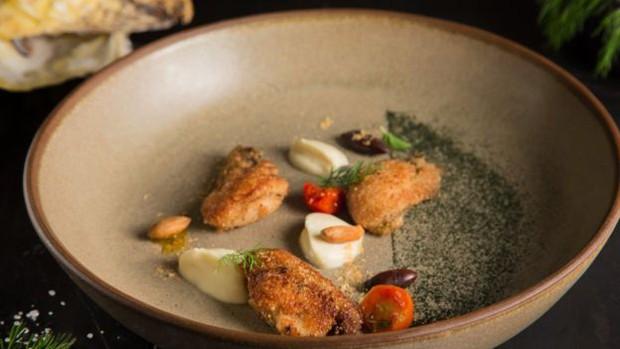Uma das criações dos chefs são as ostras empanadas com brioche e castanha de baru com creme de juçara defumada (Foto: Mario Rodrigues)