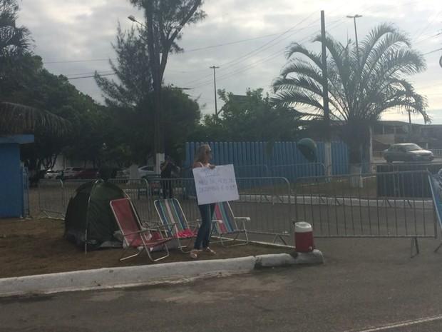 Ato acontece em frente ao 32º Batalhão, em Macaé (Foto: Juliana Martarello/Inter TV)