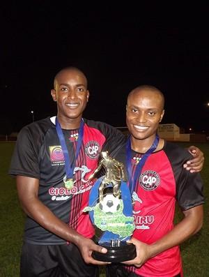Dudu Lima (atacante) e Ronald Luana (volante), na final da Segundona, pelo Pimentense (Foto: Fábio Matias/Divulgação)