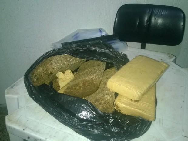 Quase 6 quilos de maconha foram apreendidos pela Polícia Militar em Aimorés. (Foto: Régis Carvalho/VC no G1)