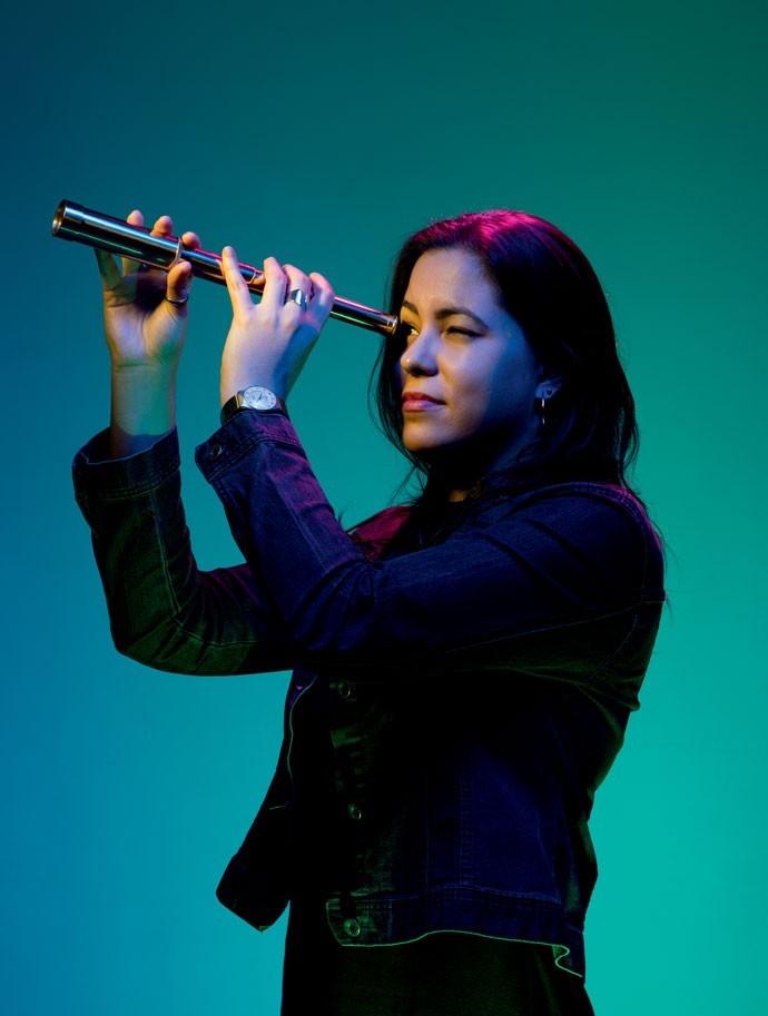 Aos 29 anos, a astrônoma Diana Gama é doutora pelo Departamento de Astronomia da USP. Gama respeita quem crê na astrologia, mas classifica a prática como superstição.  (Foto: TOMÁS ARTHUZZI)