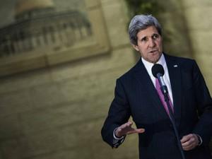 Kerry fala à imprensa após conversa com o presidente palestino, Mahmoud Abbas (Foto: Brendan Smialowski/Reuters)