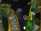 Homem fica pendurado em carro alegórico na entrada da Sapucaí
