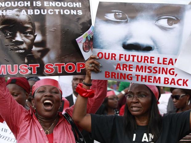 Em Lagos, mulheres protestam contra o sequestro de jovens estudantes feito por grupo radical da Nigéria (Foto: Sunday Alamba/AP)