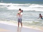 Igor Rickli se diverte com o filho em dia de praia no Rio